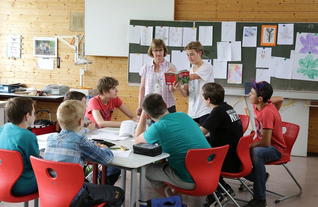 Anfang April finden die Anmeldetermine an den weiterführenden Schulen in Wertheim statt, hier eine Unterrichtssituation in der Werkrealschule Urphar-Lindelbach. Foto: Stadt Wertheim/Karin Himml
