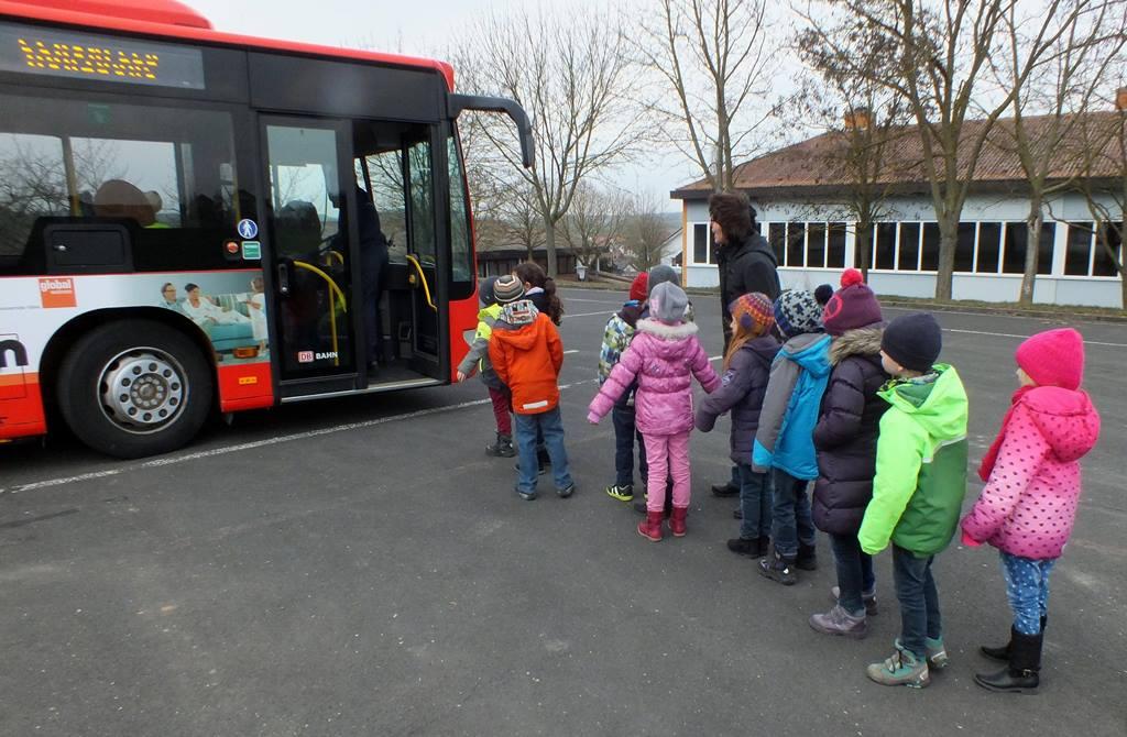 Grundschulkinder lernen das richtige Ein- und Aussteigen in den Linienbus. Foto VGMT