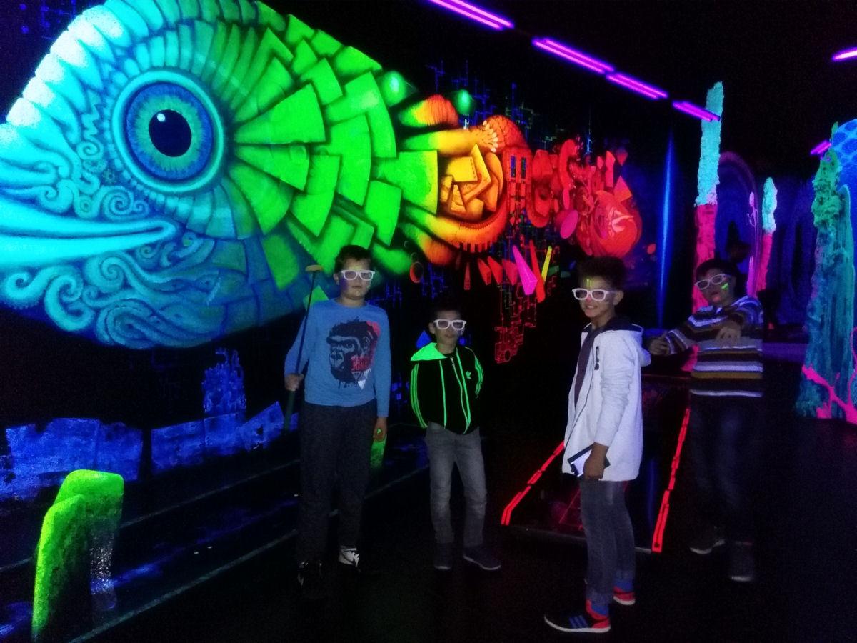 Ein Ausflug während der Ferienbetreuung führt in die Schwarzlichtfabrik nach Würzburg. Foto: Jugendhaus Soundcafé