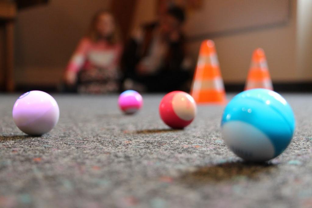 """Geschick und Ausdauer können die Ferienkinder beim Spielen mit """"Sphero Mini"""" trainieren. Foto: Stadt Wertheim"""