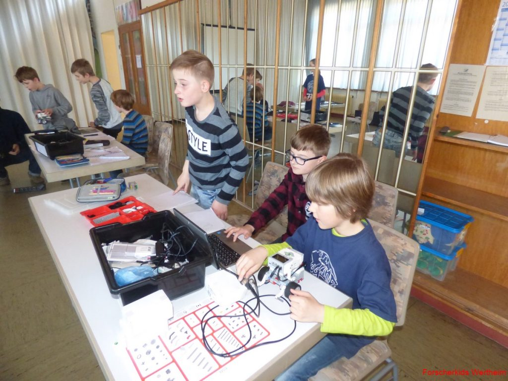 Foto: Im ersten Schulhalbjahr bietet das ehrenamtliche Bildungsangebot Forscherkids des Stadtjugendring Wertheim e.V. wieder viele Möglichkeiten zum forschen und lernen. Unter anderem wird es zwei Robotikkurse geben.