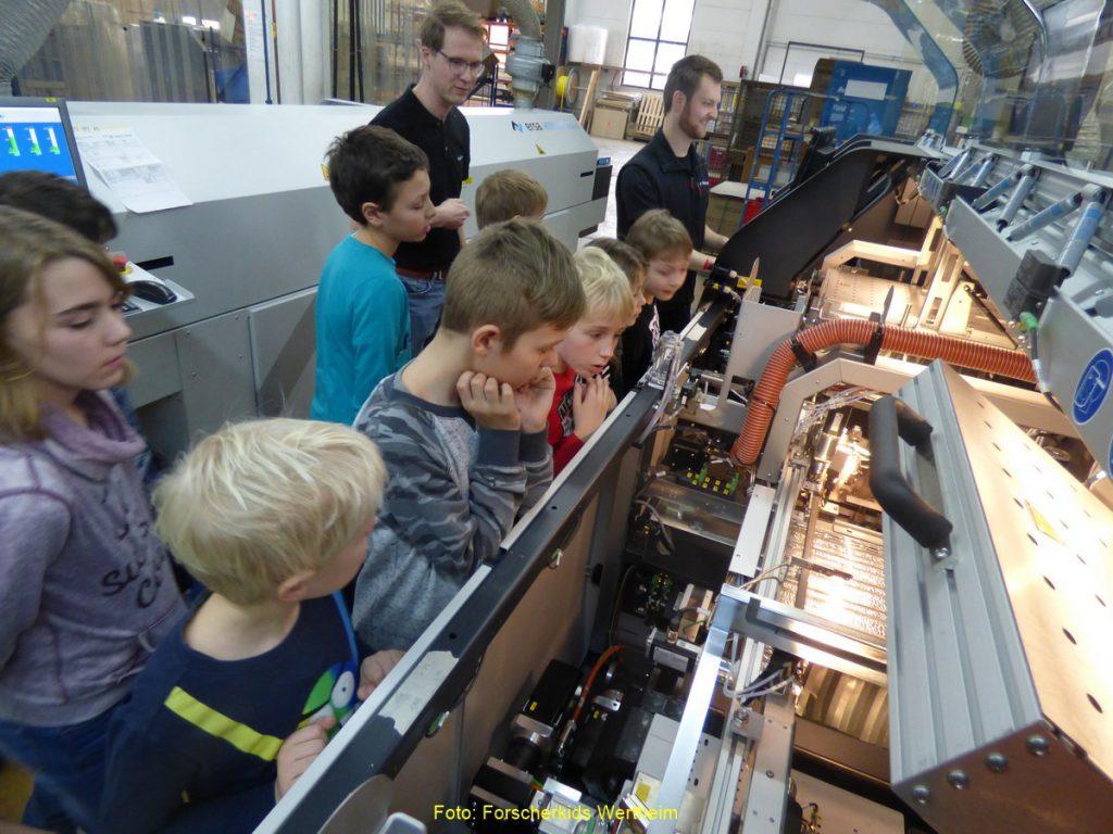 Foto: Im ehrenamtlichen Bildungsprogramm der Forscherkids Wertheim können junge Forscher im kommenden Schulhalbjahr wieder vieles lernen und ausprobieren. Neben Kursen, Exkursionen und Vorträgen stehen auch Firmeneinblicke auf dem Programm.